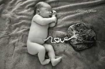 """Striking photo of newborn's umbilical cord forms the word """"love"""""""