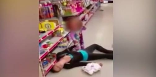 Video: Girl, 2, desperately tries to wake mom who overdosed!