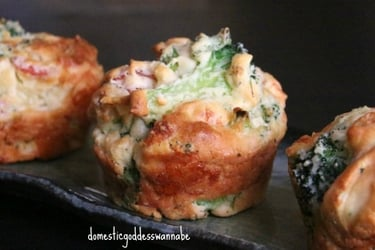 An impossibly simple recipe for broccoli, cheese and ham mini pies!