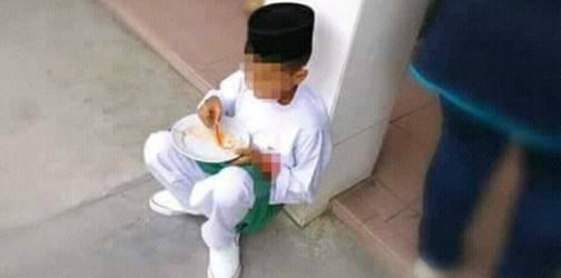 Netizens angered by photo of student forced to eat lunch on the floor