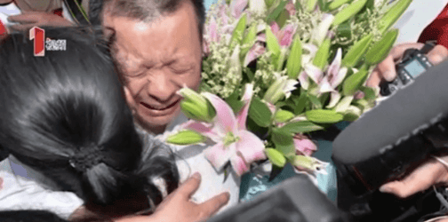 Taxi driver reunites with lost daughter after 24 years!