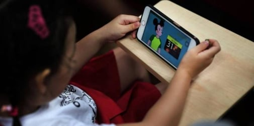 Parents hire no-screen time nannies for their children