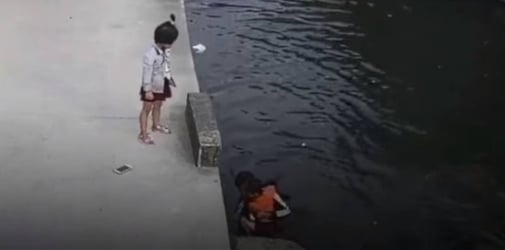 Heroic deliveryman dives into river without hesitation, rescues little girl