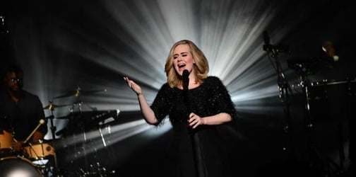 Adele stops mid-song when she sees a marriage proposal in the crowd, invites couple on stage