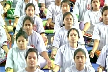 Nearly 2,000 pregnant women perform yoga together and set a world record