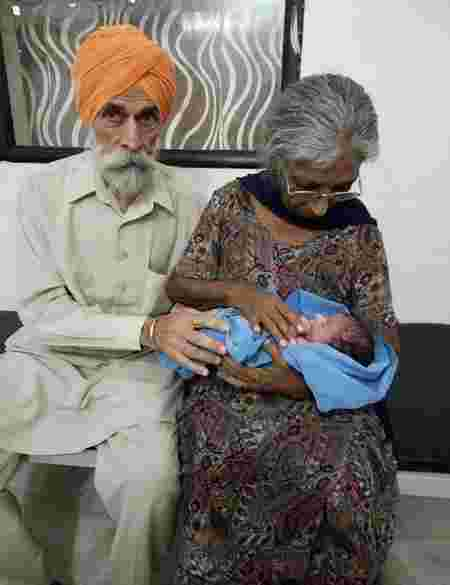 Indian couple Mohinder Singh Gill (L) poses with his wife Daljinder Kaur and their newborn baby at The National Fertility Centre in Hisar. Photo Credite: AFP PHOTO / NATIONAL FERTILITY CENTRE