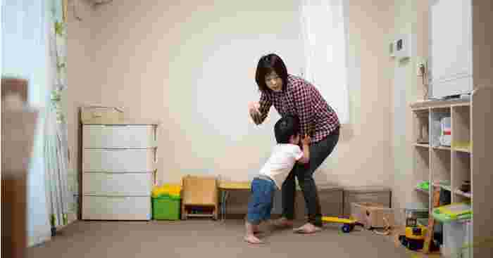 discipline without hurting your child, kids behave worse when mum is in the room
