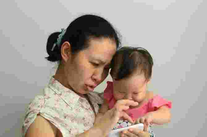 mobile phone use and breastfeeding