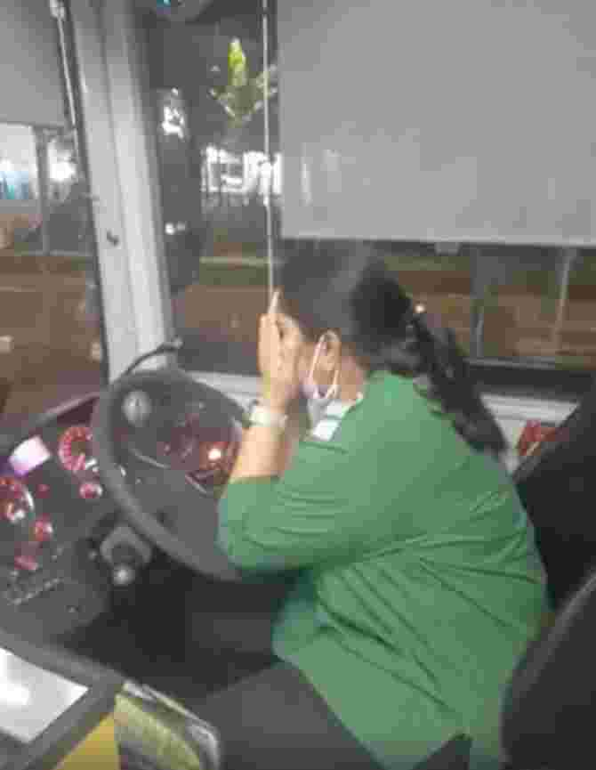 Bus Driver Heartbroken After Hearing of Husband's Death, Passersby Provide Assistance