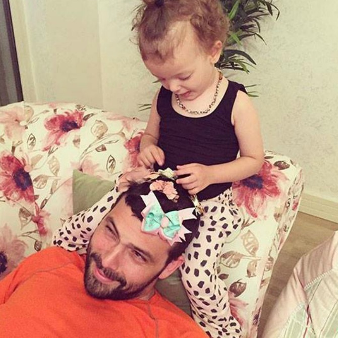 This adorable dad is just chilling as his daughter goes bow-crazy