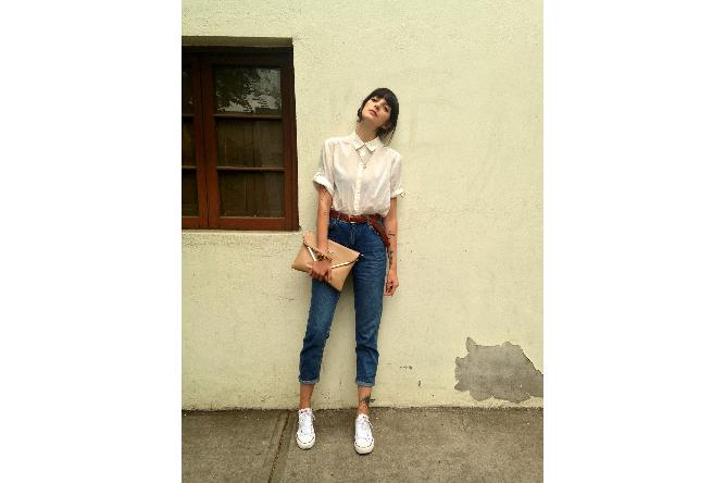 Mom jeans can also be quirky chic when paired with a crisp white shirt, an earthy belt, and classic Chuck Taylors