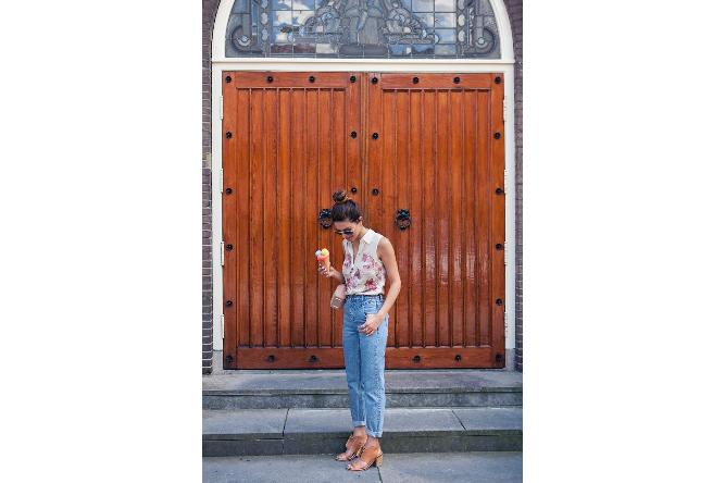 Pairing mom jeans with pastels is definitely girly chic