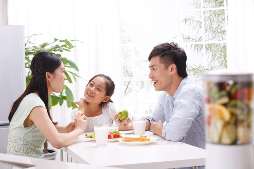 family eating Healthy eating tips for picky eaters