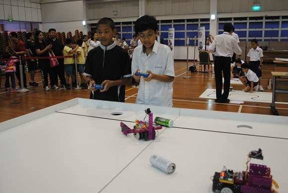 1B2 Kids battle it out – one robot at a time