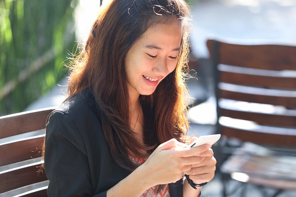 src=https://sg.theasianparent.com/wp content/uploads/2015/06/lady texting.jpg Marriage across the miles: Surviving a long distance relationship