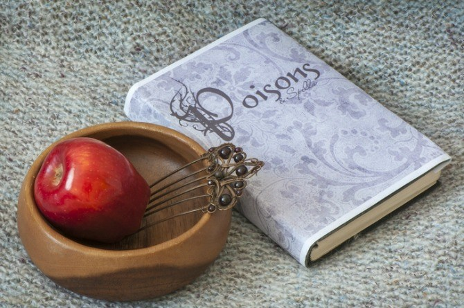 Snow White - Children's fairytale, apple, poison, witch, comb, bowl, story, read