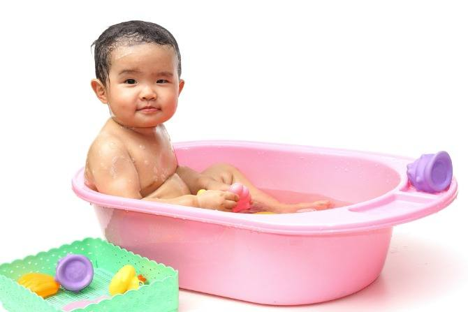 Baby\'s bath time: A moment of bonding, play and learning