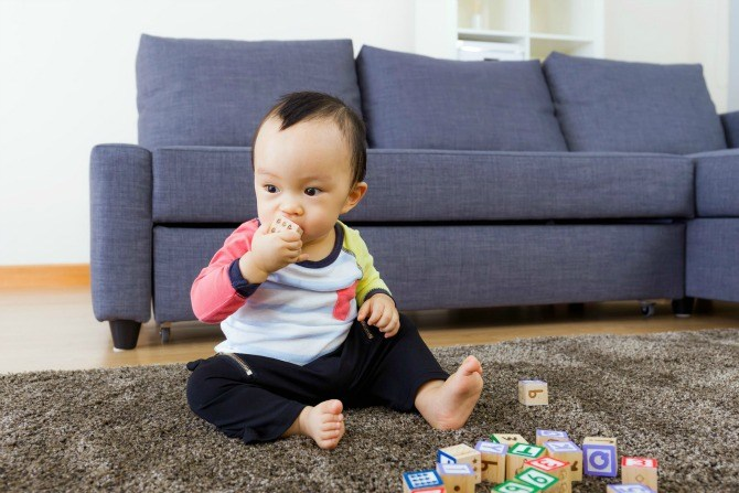 toddler development eat block 670x447 Toddler development and milestones: your 14 month old