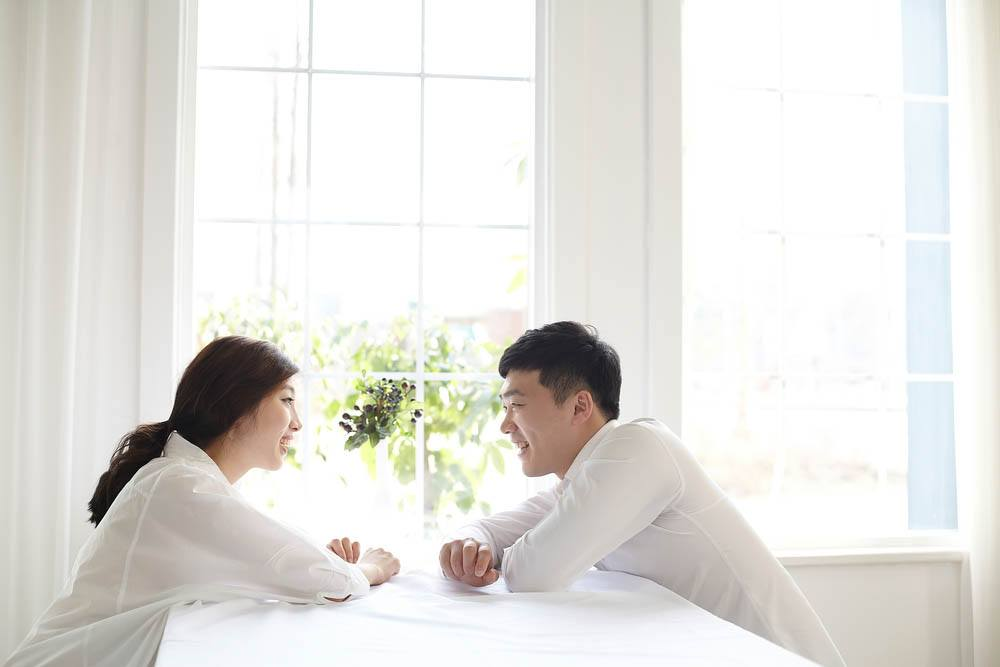 Looking for signs your husband loves you deeply? Notice how often he keeps eye contact!