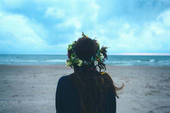 announcing your pregnancy, woman, mum, mother, beach, alone, thinking, flowers