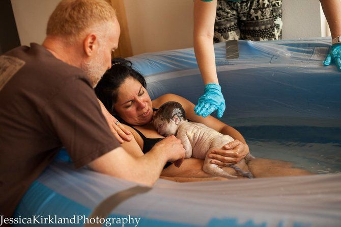 10 stunningly raw photos of mums holding their babies for the first time