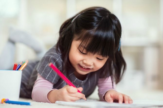 2 girl drawing on the floor No More Mugs! 10 perfect gifts for your child's teacher