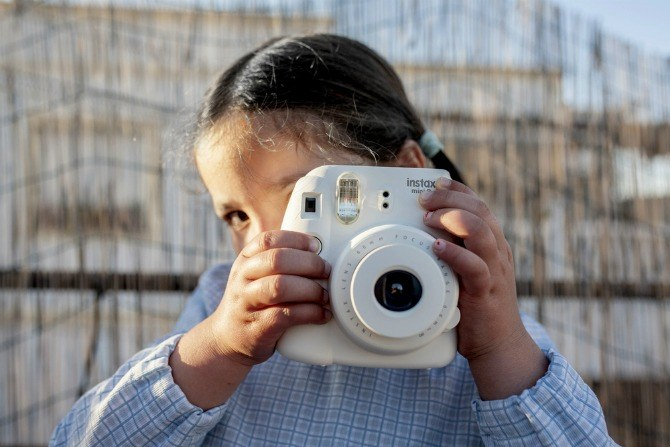 BC Holiday Inn child taking photo Help your kids make the Ultimate Travel Journal: Follow these fun tips!