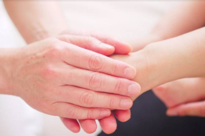 Simply holding hands can help ease labour pain, suggests study
