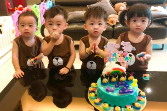 src=https://sg.theasianparent.com/wp content/uploads/2018/03/mum with stretchmark kids .jpg This mom will inspire you to wear your stretchmarks with pride!