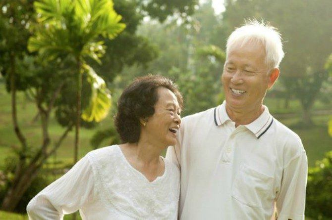 src=https://assets sg.theasianparent.com/wp content/uploads/sites/12/2018/04/old couple feat 1.jpg Lelaki harus kahwin dengan wanita bijak untuk hidup yang lebih baik, ini sebabnya