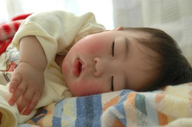 src=https://sg admin.theasianparent.com/wp content/uploads/sites/12/2018/04/sleeping baby feat 1.jpg Educate helpers and relatives about sleep safety to prevent SIDS!