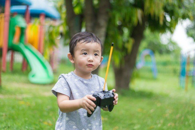 src=https://sg admin.theasianparent.com/wp content/uploads/sites/12/2018/05/small kid with drone feature.jpg Toddler's face injury highlights dangers of domestic drones
