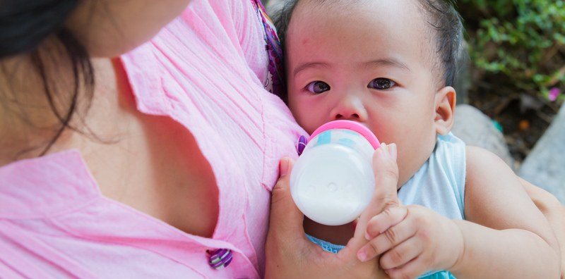 cereal baby bottle help sleep lead How long should you breastfeed before switching to formula?
