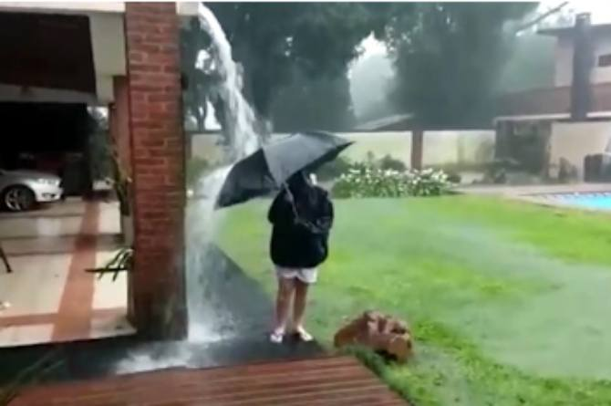 src=https://assets sg.theasianparent.com/wp content/uploads/sites/12/2018/08/precautions to take during rainy weather 1.jpg BAHAYA! Anak ini hampir maut gara gara ibu biar main hujan!