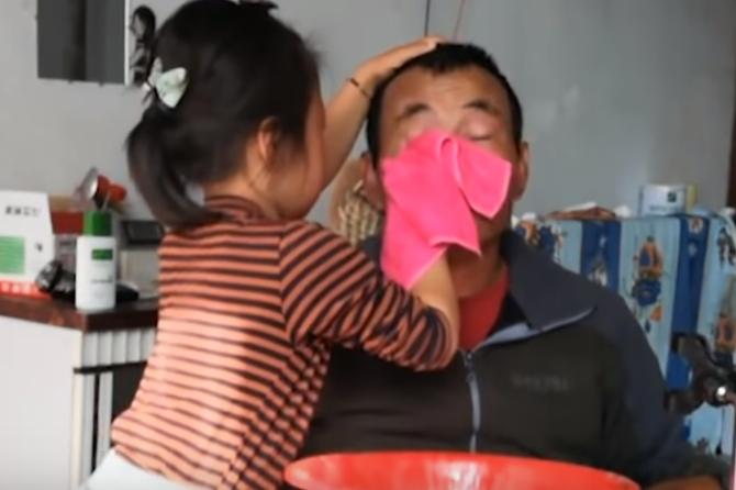 girl takes care of paralysed dad intext Six year old Jia Jia's touching story will melt your heart