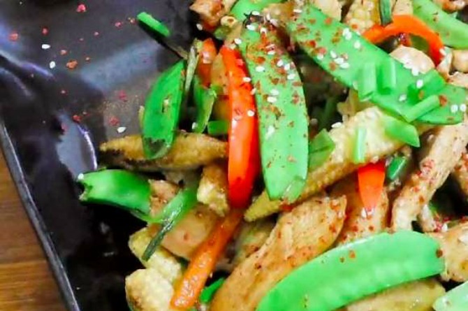 Vegetarian Recipe #2: Baby corn with snow peas and red capsicum