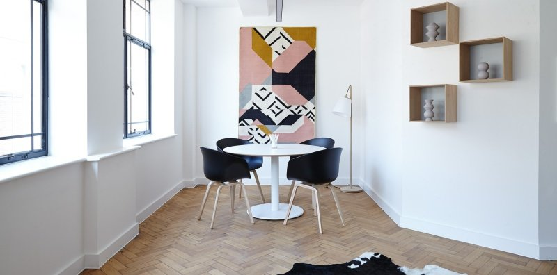 How to decorate a large wall in apartments