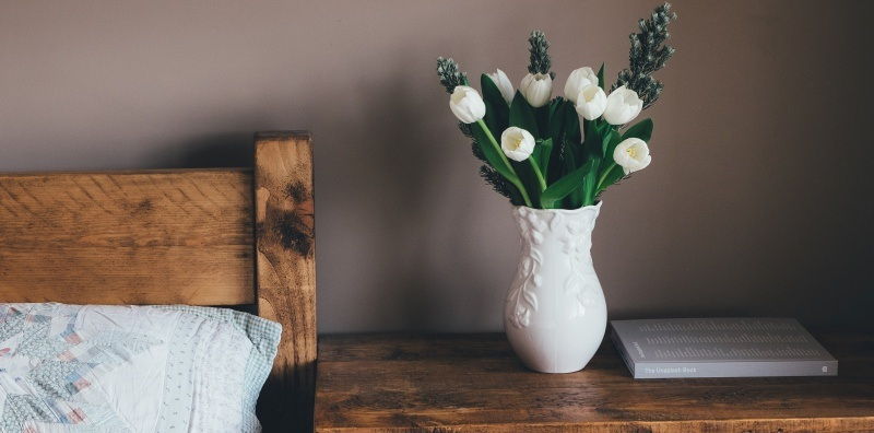 9 stylish ways to decorate your bedside table
