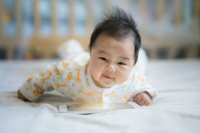 src=https://hk admin.theasianparent.com/wp content/uploads/sites/4/2017/06/baby tablet.jpg 你的寶寶比你想像中更聰明的8個原因