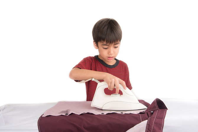 src=https://hk admin.theasianparent.com/wp content/uploads/sites/4/2017/06/kid ironing.jpg 令孩子們做家務的 8 個聰明辦法