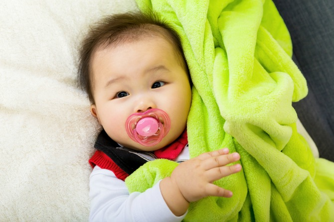 src=https://hk admin.theasianparent.com/wp content/uploads/sites/4/2017/07/pacifier in.jpg 奶嘴對你的寶寶有好處嗎?
