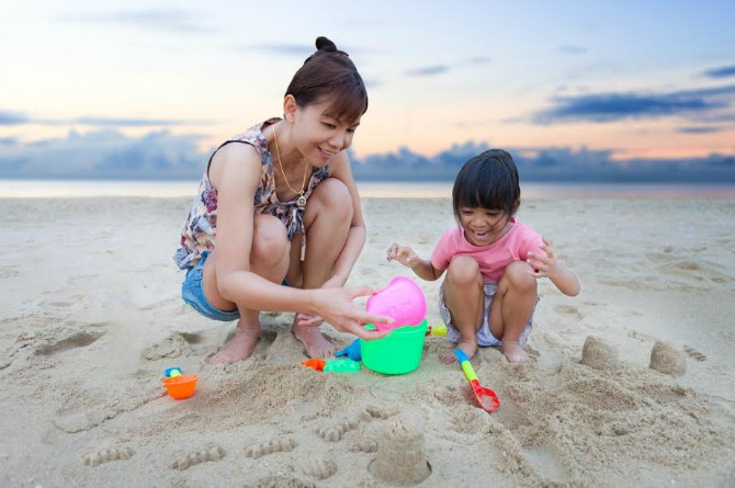 src=https://hk admin.theasianparent.com/wp content/uploads/sites/4/2017/07/sand play.jpg 4 個能讓寶寶想睡覺的睡前活動