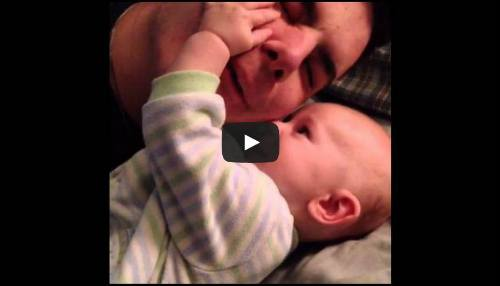Dad with no arms plays with his son - Heartwarming video!