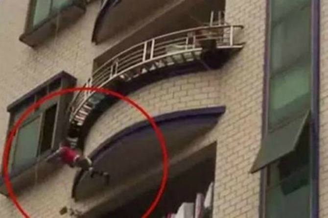 Watch: Neighbors catch a toddler with blankets and mattresses after he falls from balcony