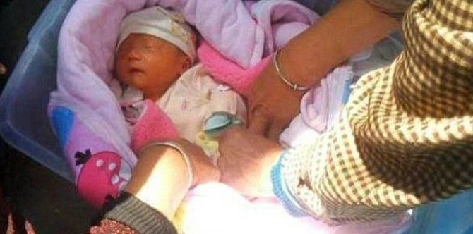 Woman breastfeeds abandoned baby left starving in the streets