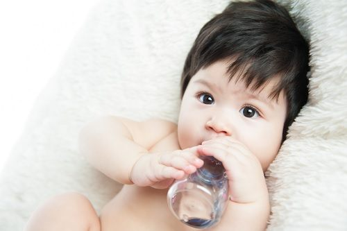 """When can I give my baby water?"": A must-read guide for parents"