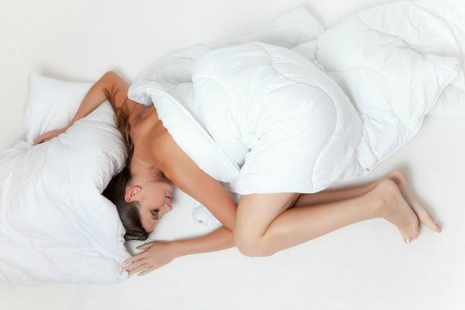 Find out which sleeping position prevents wrinkles and protects the spine