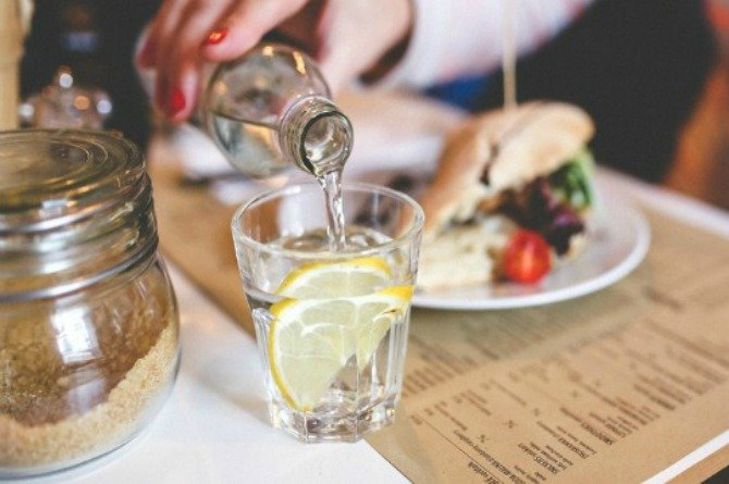 The reason why you should never ask for a slice of lemon in your drink