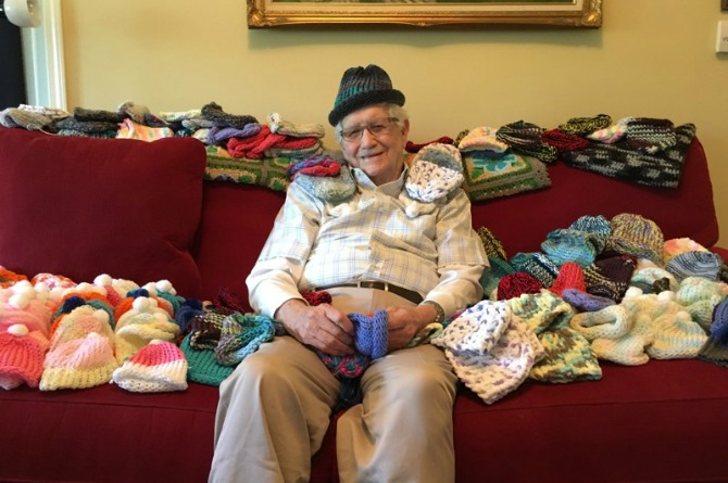 86-Year-old man teaches himself to knit so he can make caps for preemies