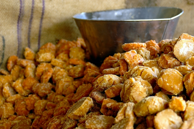 5 easy steps that can help you identify the purity of gur/jaggery